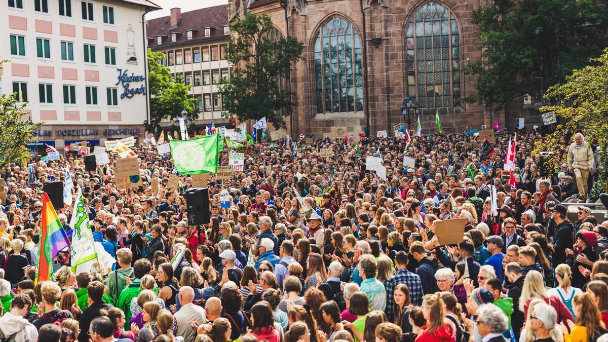 Politická hnutí prezentující lidem názory na ulici.