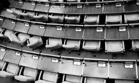 Prázdný Senát, kam za chvíli přijdou senátoři.